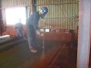 066-②塗装鋼材塗装台で塗装作業